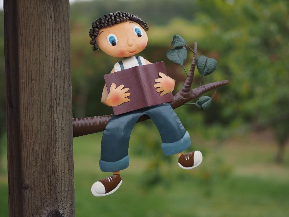 Jongetje op boomstam