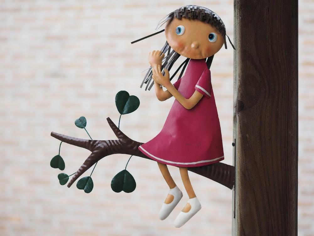 Meisje op boomstam